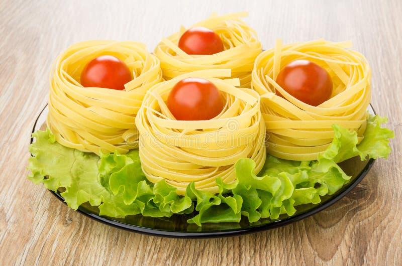 Ζυμαρικά με μορφή φωλιάς με τα αυγά, την ντομάτα και το μαρούλι στοκ φωτογραφία