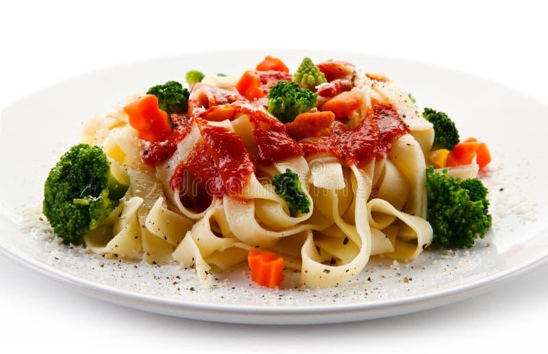 Ζυμαρικά με τα ζωηρόχρωμα λαχανικά στοκ εικόνα με δικαίωμα ελεύθερης χρήσης