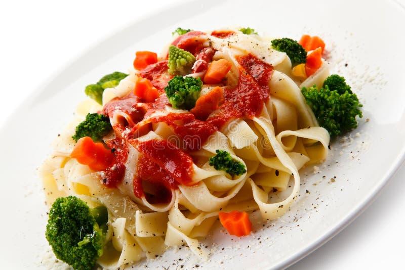 Ζυμαρικά με τα ζωηρόχρωμα λαχανικά στοκ εικόνα