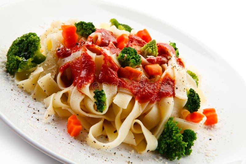 Ζυμαρικά με τα ζωηρόχρωμα λαχανικά στοκ φωτογραφία