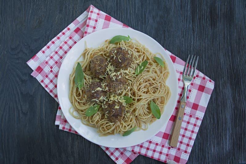 Ζυμαρικά με τα κεφτή και μαϊντανός στη σάλτσα ντοματών r E στοκ φωτογραφία