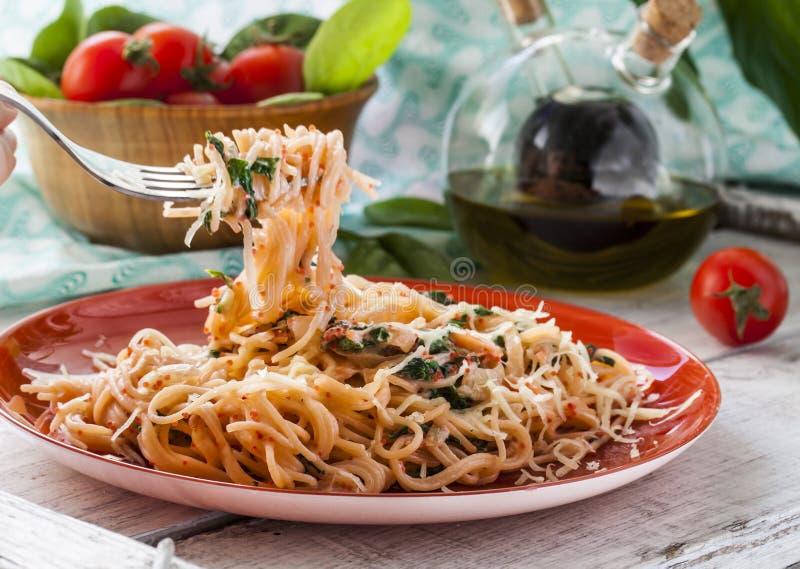 Ζυμαρικά με τα ψάρια και την κρεμώδη σάλτσα σπανακιού στοκ εικόνες με δικαίωμα ελεύθερης χρήσης