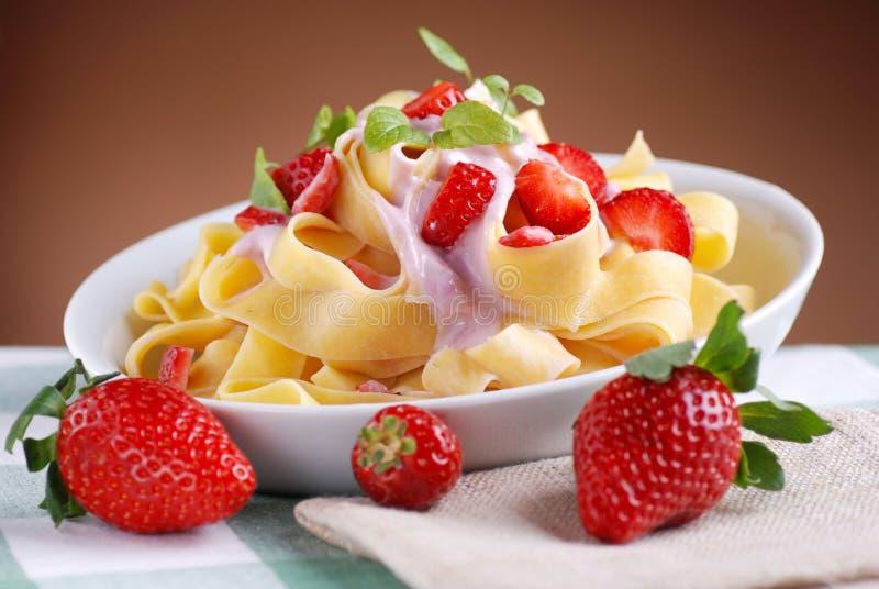 Ζυμαρικά με την κρέμα φραουλών στοκ εικόνες