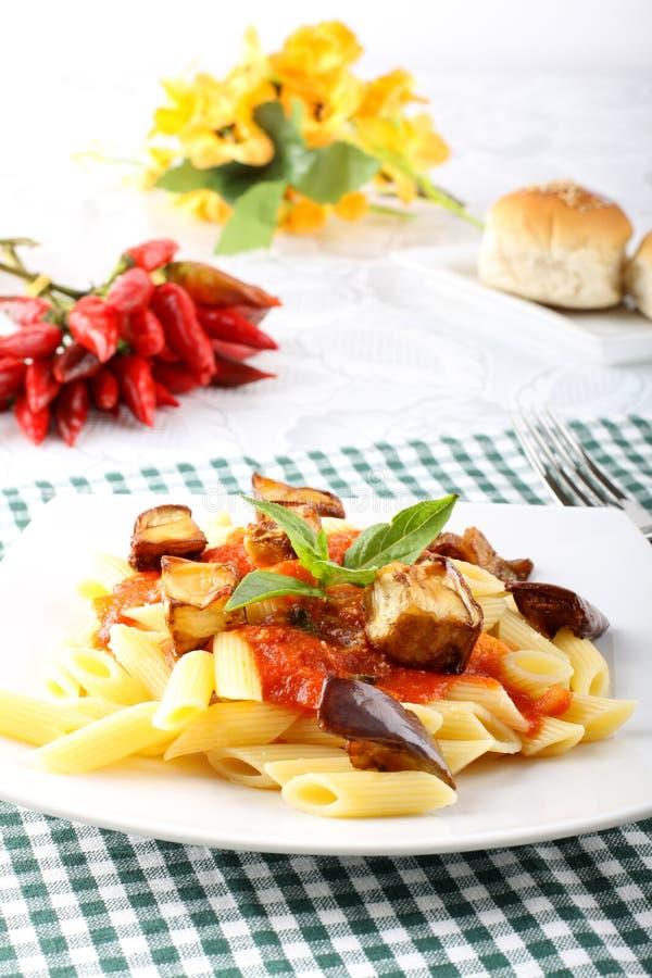 Ζυμαρικά με την ντομάτα, το βασιλικό και τη μελιτζάνα στοκ φωτογραφία με δικαίωμα ελεύθερης χρήσης