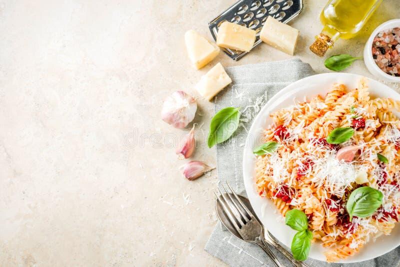 Ζυμαρικά με τη σάλτσα και την παρμεζάνα ντοματών στοκ εικόνες