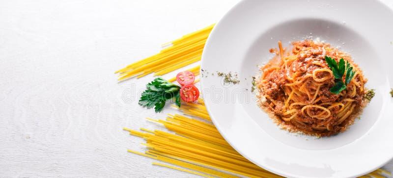 Ζυμαρικά με τη σάλτσα ντοματών και το τυρί παρμεζάνας ιταλικός παραδοσιακός &tau στοκ φωτογραφίες με δικαίωμα ελεύθερης χρήσης
