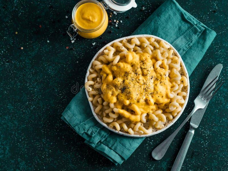 Ζυμαρικά με τη vegan κρεμώδη σάλτσα τυριού Cheddar chia στοκ φωτογραφίες