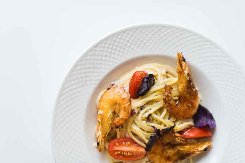 Ζυμαρικά με τις γαρίδες σε ένα άσπρο πιάτο Τοπ άποψη, άσπρο υπόβαθρο στοκ εικόνες