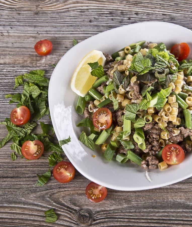 Ζυμαρικά με το επίγεια βόειο κρέας και τα λαχανικά στοκ εικόνες