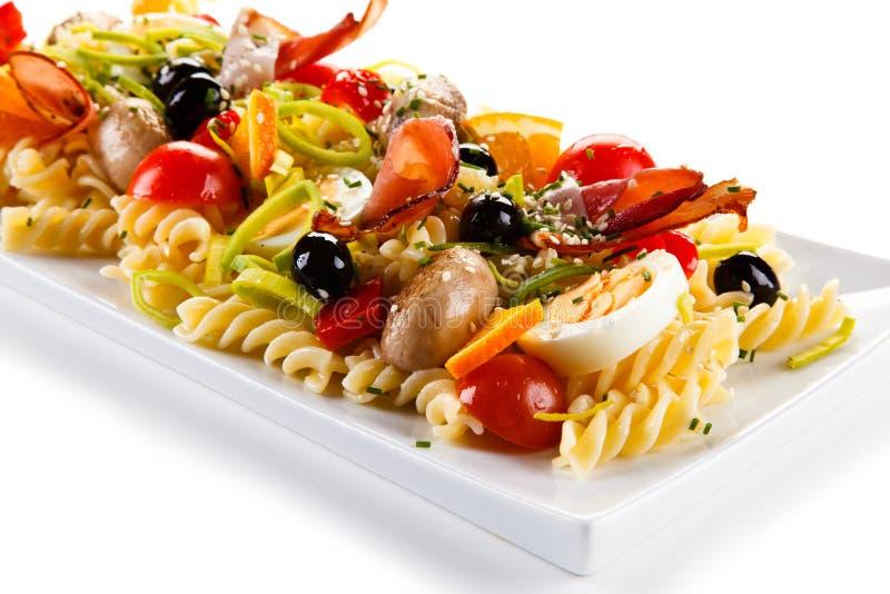 Ζυμαρικά με το καπνισμένα ζαμπόν και τα λαχανικά στοκ εικόνα με δικαίωμα ελεύθερης χρήσης