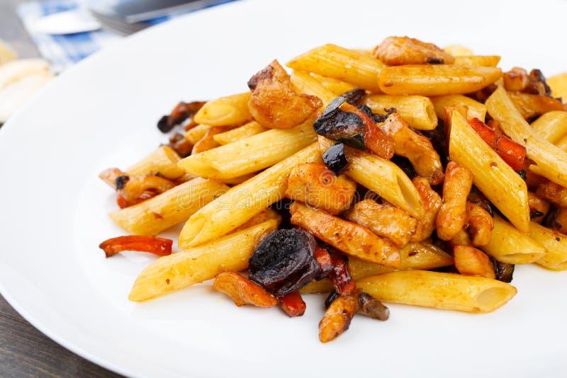 Ζυμαρικά με το κοτόπουλο και τα λαχανικά στοκ φωτογραφίες με δικαίωμα ελεύθερης χρήσης