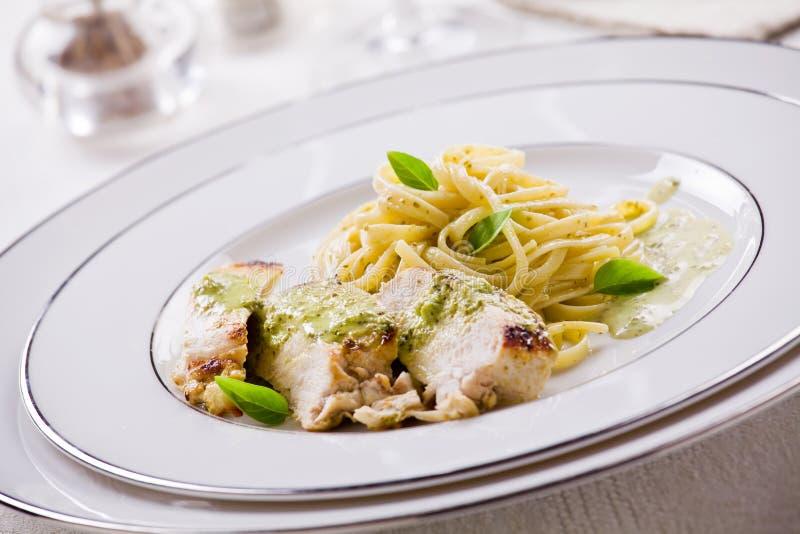 Ζυμαρικά με το κοτόπουλο και Pesto στοκ φωτογραφία