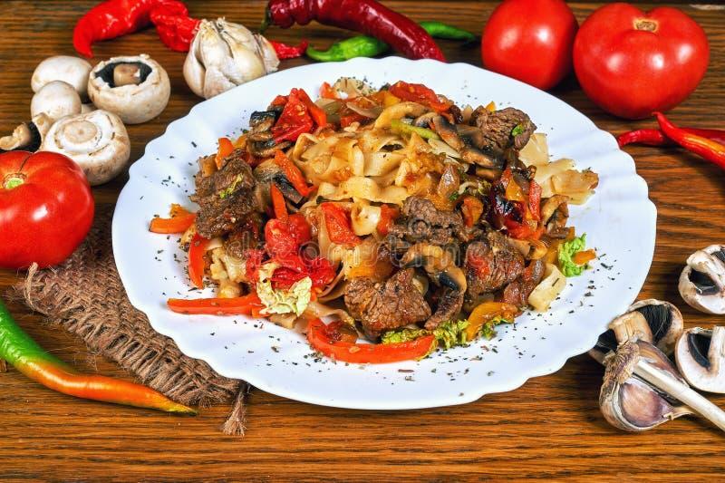 Ζυμαρικά με το ψημένα κρέας και τα λαχανικά στοκ φωτογραφία