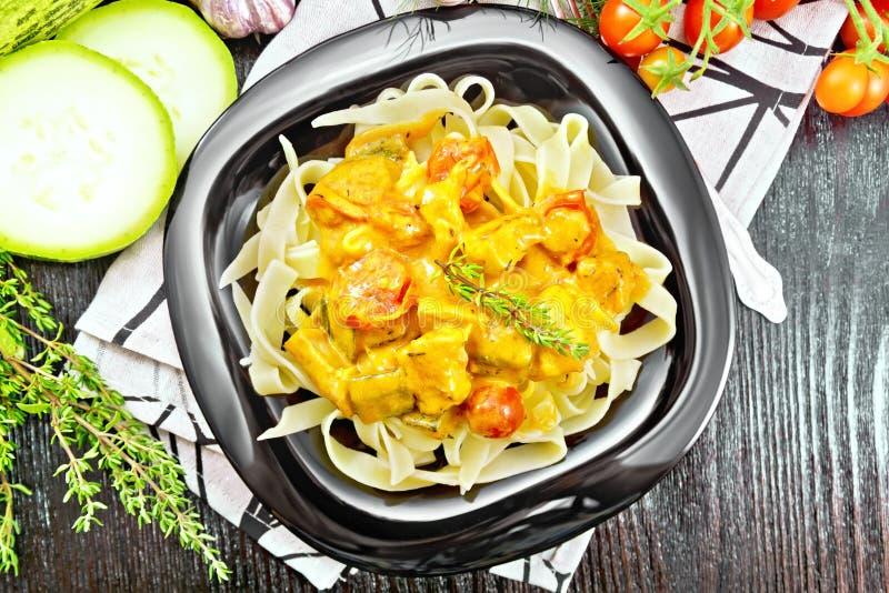Ζυμαρικά με goulash στο πιάτο στην κορυφή στοκ φωτογραφίες με δικαίωμα ελεύθερης χρήσης