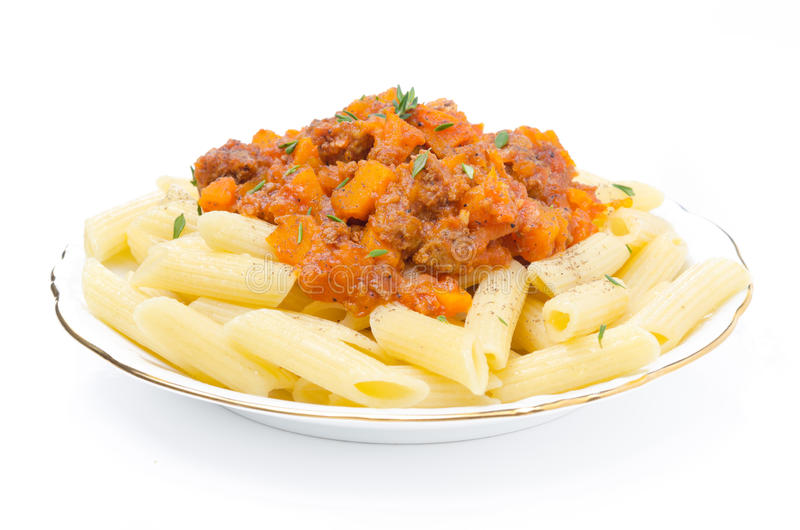 Ζυμαρικά της Penne με τη σάλτσα του βόειου κρέατος, της ντομάτας και της κολοκύθας που απομονώνονται στοκ φωτογραφία με δικαίωμα ελεύθερης χρήσης