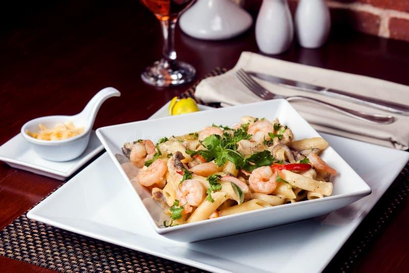 Ζυμαρικά της Penne με τις γαρίδες/τις γαρίδες και το λουκάνικο στη σάλτσα ντοματών pomodoro - ιταλική κουζίνα, μαγείρεμα, μαγειρι στοκ εικόνα με δικαίωμα ελεύθερης χρήσης