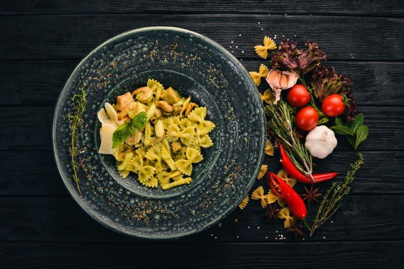 Ζυμαρικά Farfelli με σπανάκι και θαλασσινά Ιταλική κουζίνα στοκ φωτογραφίες