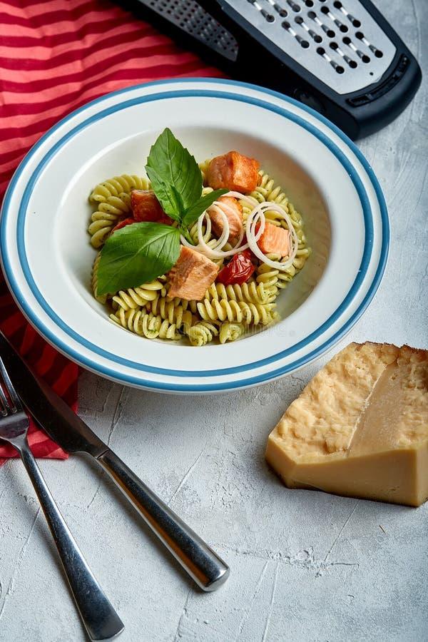 Ζυμαρικά Fusilli με τον ψημένους σολομό και το σπανάκι Η έννοια της ιταλικής κουζίνας, κλασική Υπέροχα κονσερβοποιημένος πίνακας  στοκ εικόνα