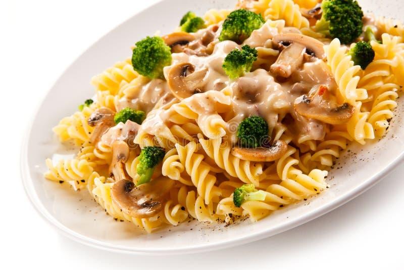 Ζυμαρικά Fusilli με champignons και τη σάλτσα στοκ φωτογραφία