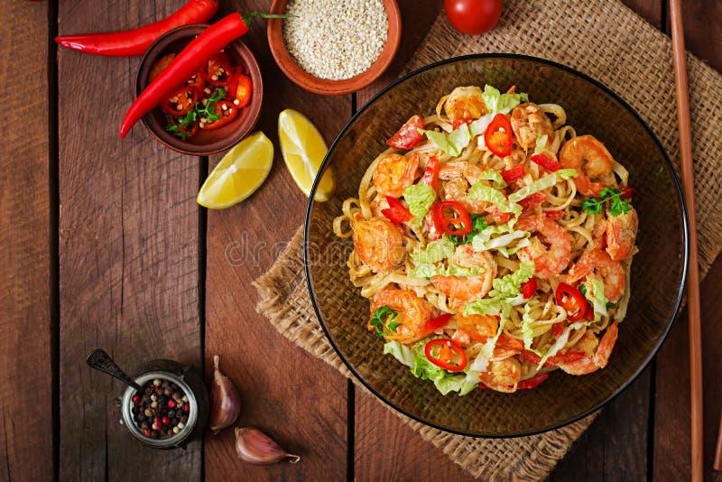 Ζυμαρικά Udon με τις γαρίδες, τις ντομάτες και την πάπρικα στοκ φωτογραφία με δικαίωμα ελεύθερης χρήσης