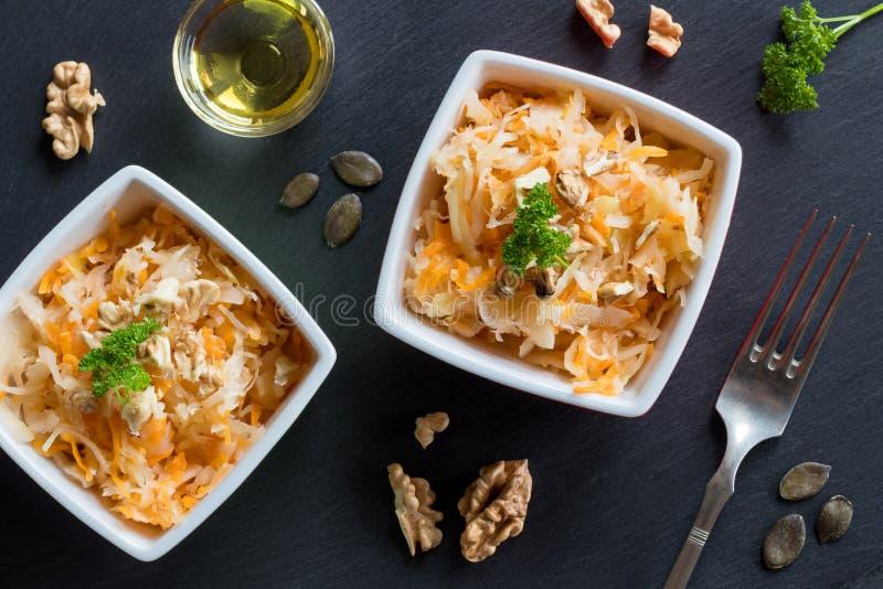 Ζυμωνομμένα λάχανο και καρότα σε δύο κύπελλα στοκ φωτογραφίες με δικαίωμα ελεύθερης χρήσης