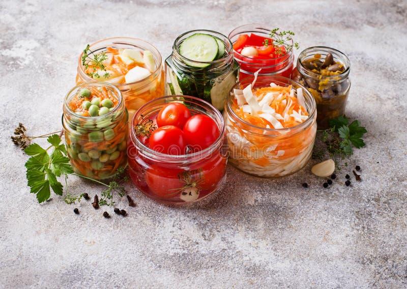 Ζυμωνομμένα τρόφιμα Συντηρημένα λαχανικά στα βάζα στοκ φωτογραφίες με δικαίωμα ελεύθερης χρήσης