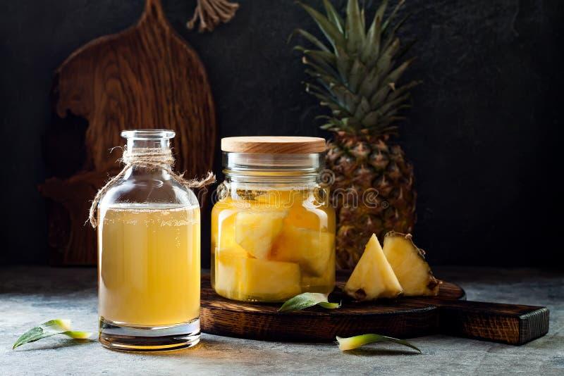 Ζυμωνομμένος μεξικάνικος ανανάς Tepache Σπιτικό ακατέργαστο τσάι kombucha με τον ανανά Υγιές φυσικό probiotic αρωματικό ποτό στοκ φωτογραφίες