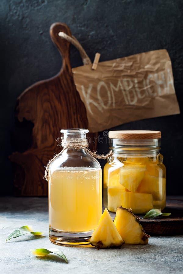Ζυμωνομμένος μεξικάνικος ανανάς Tepache Σπιτικό ακατέργαστο τσάι kombucha με τον ανανά Υγιές φυσικό probiotic αρωματικό ποτό στοκ εικόνες