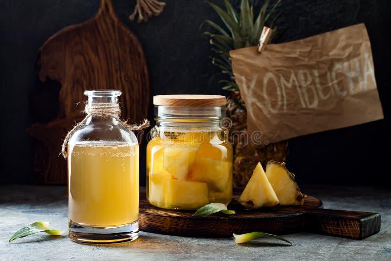 Ζυμωνομμένος μεξικάνικος ανανάς Tepache Σπιτικό ακατέργαστο τσάι kombucha με τον ανανά Υγιές φυσικό probiotic αρωματικό ποτό στοκ φωτογραφία