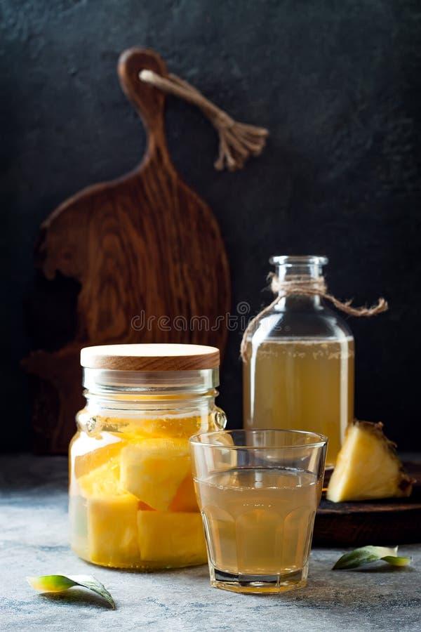Ζυμωνομμένος μεξικάνικος ανανάς Tepache Σπιτικό ακατέργαστο τσάι kombucha με τον ανανά Υγιές φυσικό probiotic αρωματικό ποτό στοκ φωτογραφίες με δικαίωμα ελεύθερης χρήσης