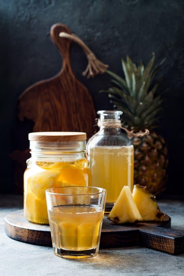 Ζυμωνομμένος μεξικάνικος ανανάς Tepache Σπιτικό ακατέργαστο τσάι kombucha με τον ανανά Υγιές φυσικό probiotic αρωματικό ποτό στοκ εικόνα