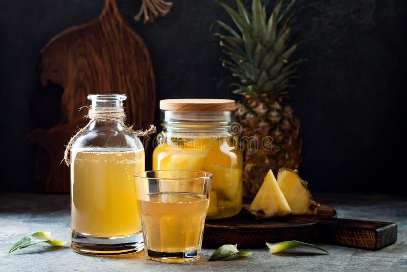 Ζυμωνομμένος μεξικάνικος ανανάς Tepache Σπιτικό ακατέργαστο τσάι kombucha με τον ανανά Υγιές φυσικό probiotic αρωματικό ποτό στοκ εικόνα με δικαίωμα ελεύθερης χρήσης