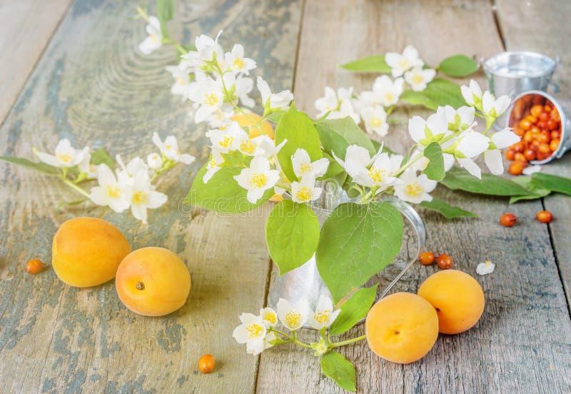 Ζωή άνοιξη ακόμα με τα λουλούδια και fruites στοκ εικόνα