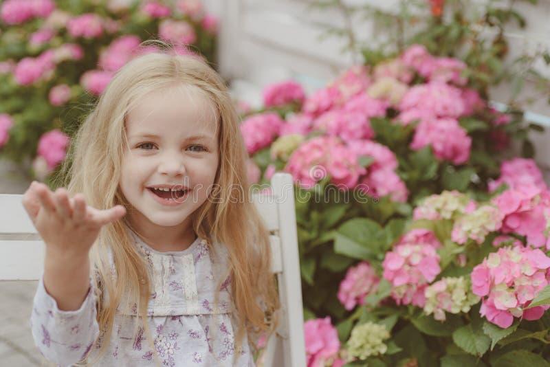 ζωή έννοιας νέα Διακοπές άνοιξη Καλοκαίρι Ημέρα μητέρων ή των γυναικών just rained Παιδική ηλικία Μικρό κορίτσι στην άνθιση στοκ φωτογραφίες με δικαίωμα ελεύθερης χρήσης