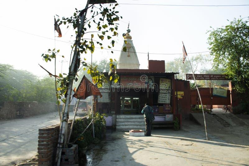 Ζωή και τρόπος ζωής των ινδικών λαών που προσεύχονται το Θεό αγγέλου στον ινδό ναό εκτός από το δρόμο το πρωί στο Νέο Δελχί, Ινδί στοκ εικόνες με δικαίωμα ελεύθερης χρήσης