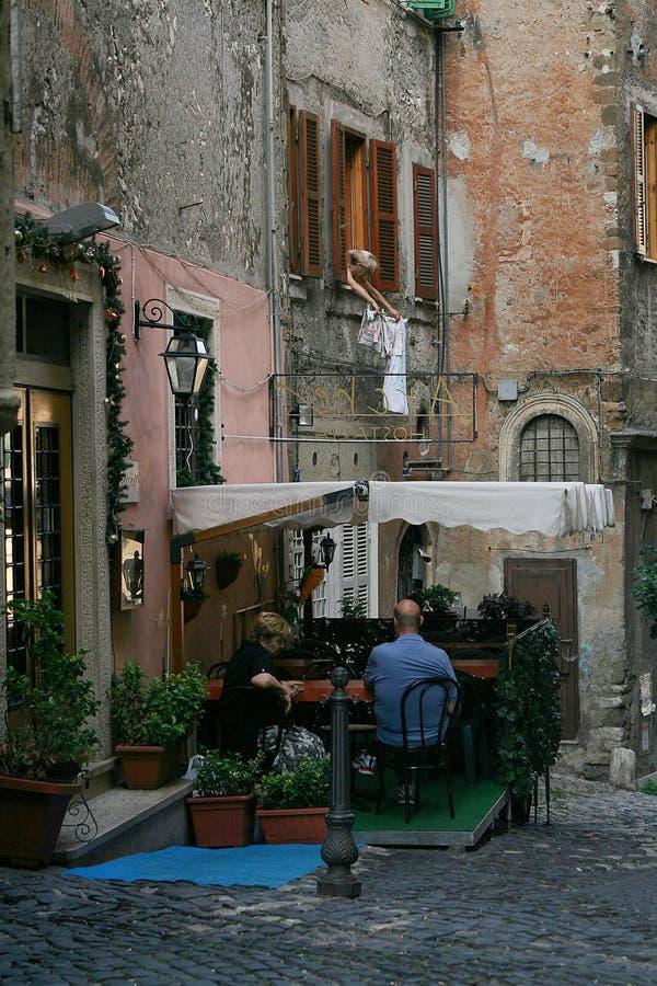 Ζωή μιας μικρής νότιας ιταλικής πόλης Οι ντόπιοι ξοδεύουν συνήθως το χρόνο τους στοκ εικόνες