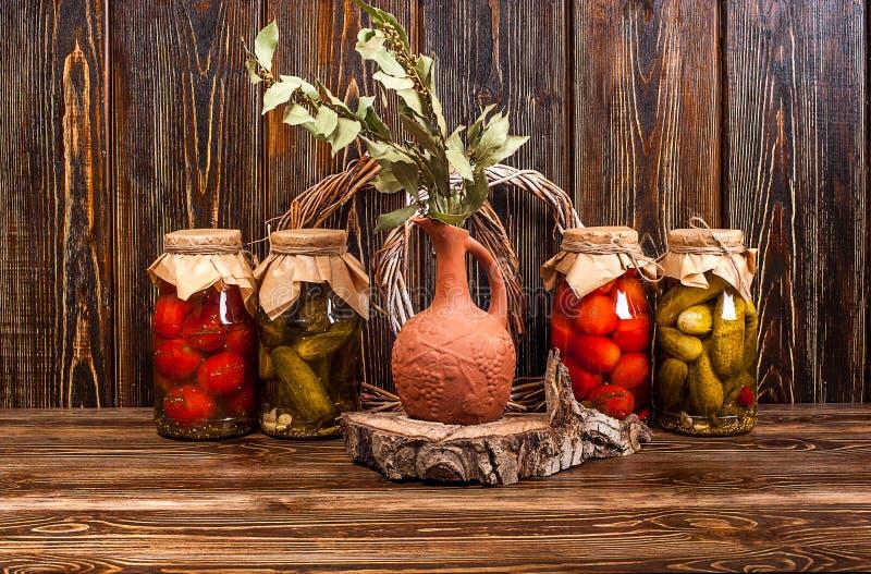 Ζωή τροφίμων ακόμα στο ξύλινο υπόβαθρο στοκ εικόνες