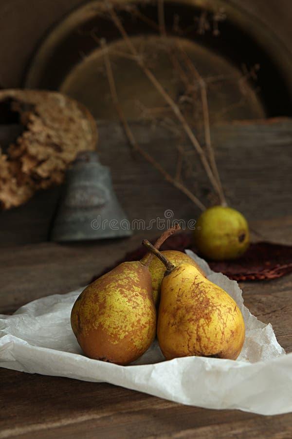 Ζωή φθινοπώρου ακόμα με τα ώριμα homegrown αχλάδια από τον αγροτικό κήπο στοκ φωτογραφίες