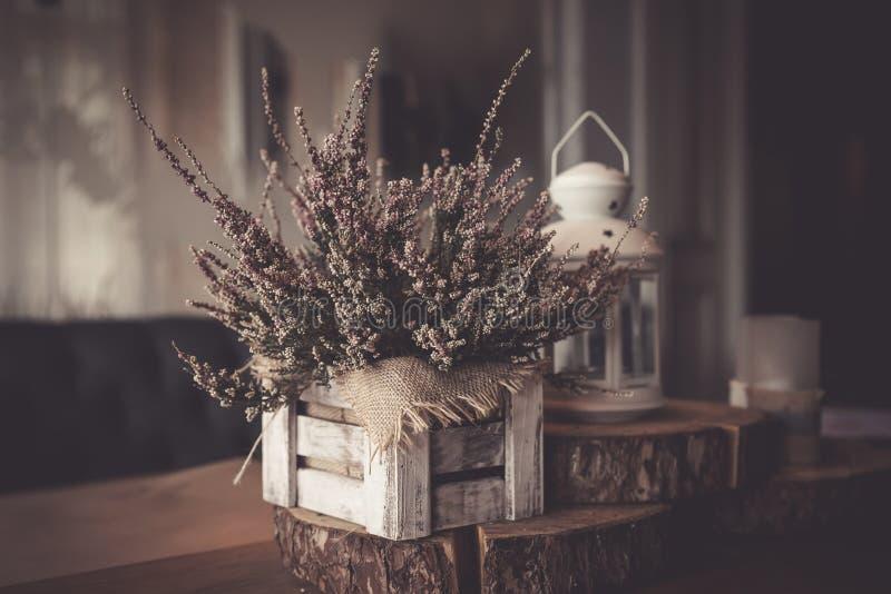 Ζωή φθινοπώρου ακόμα στο αναδρομικό ύφος εικόνα που τονίζεται Ρόδινη ερείκη στο δοχείο, κεριά, εκλεκτής ποιότητας παραθυρόφυλλα σ στοκ εικόνες