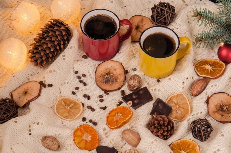 Ζωή χειμερινών σπιτιών ακόμα με τις διακοσμήσεις καφέ και Χριστουγέννων επάνω στοκ φωτογραφίες