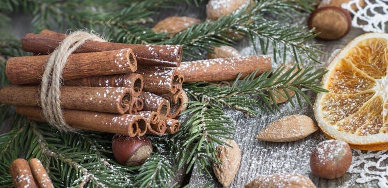 Ζωή Χριστουγέννων ακόμα με εύγευστο, αμύγδαλο, κανέλα, snowflakes στον ξύλινο πίνακα στοκ εικόνα με δικαίωμα ελεύθερης χρήσης