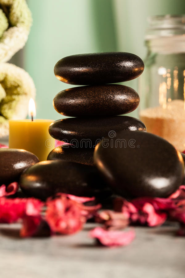 Ζωή SPA ακόμα με τις καυτά πέτρες και τα κεριά στοκ εικόνες