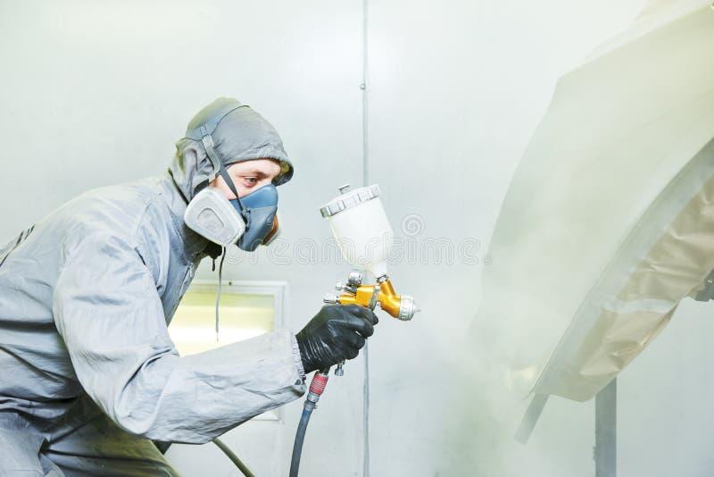 Ζωγράφος επισκευαστών στην αίθουσα που χρωματίζει το αυτοκινητικό καπό αυτοκινήτων στοκ εικόνα με δικαίωμα ελεύθερης χρήσης