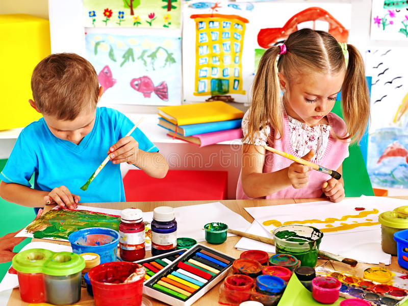 Ζωγραφική αγοριών και κοριτσιών παιδιών στοκ εικόνες