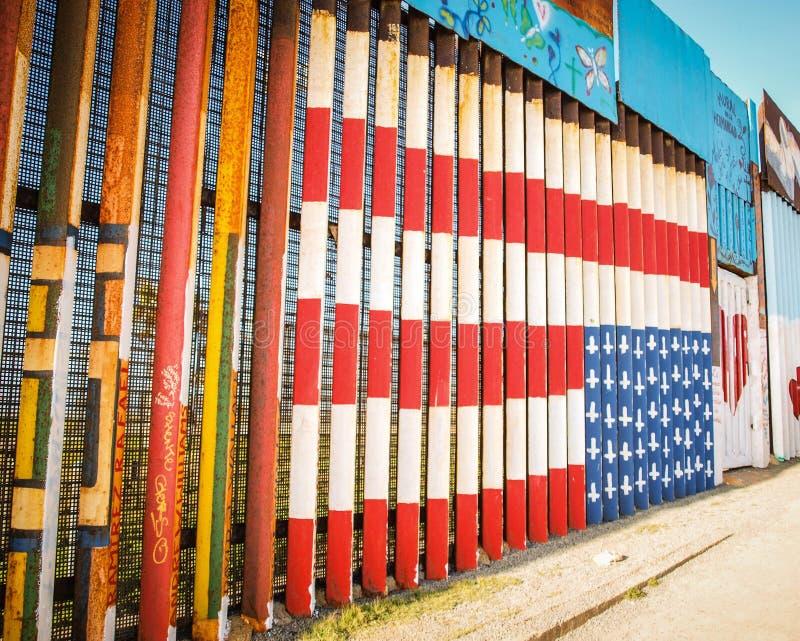 Ζωγραφική αμερικανικών σημαιών στον τοίχο συνόρων σε Tijuana στοκ εικόνες