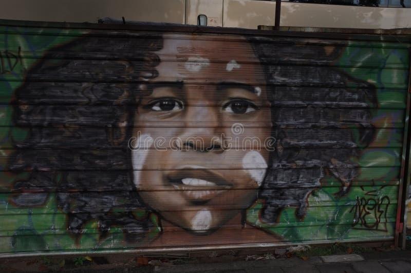 Ζωγραφική ενός αγοριού στον τοίχο στοκ φωτογραφία με δικαίωμα ελεύθερης χρήσης