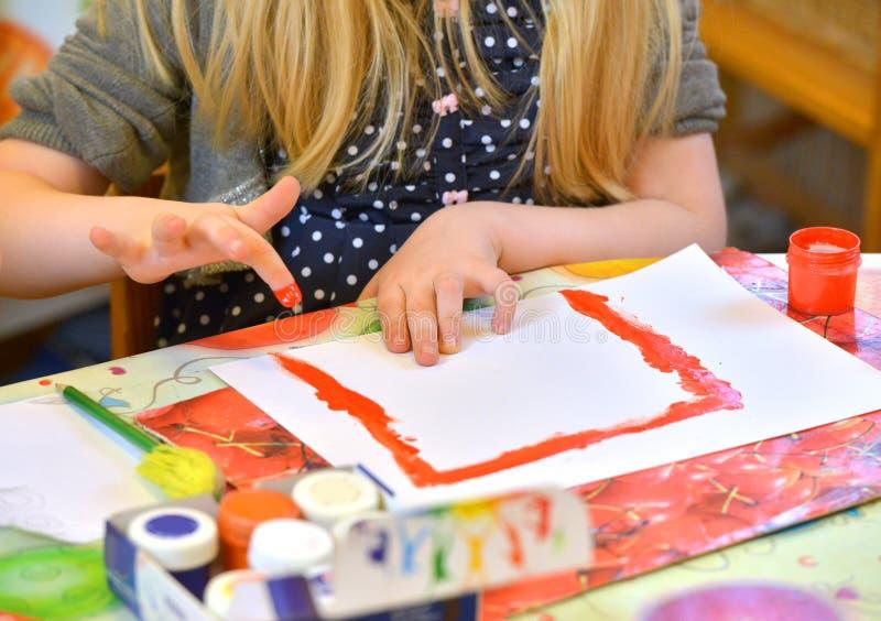 Ζωγραφική κοριτσιών με το δάχτυλο στοκ εικόνες με δικαίωμα ελεύθερης χρήσης