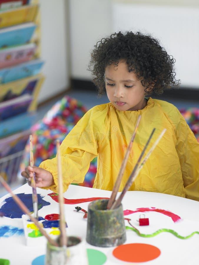 Ζωγραφική κοριτσιών στην κατηγορία τέχνης στοκ φωτογραφία