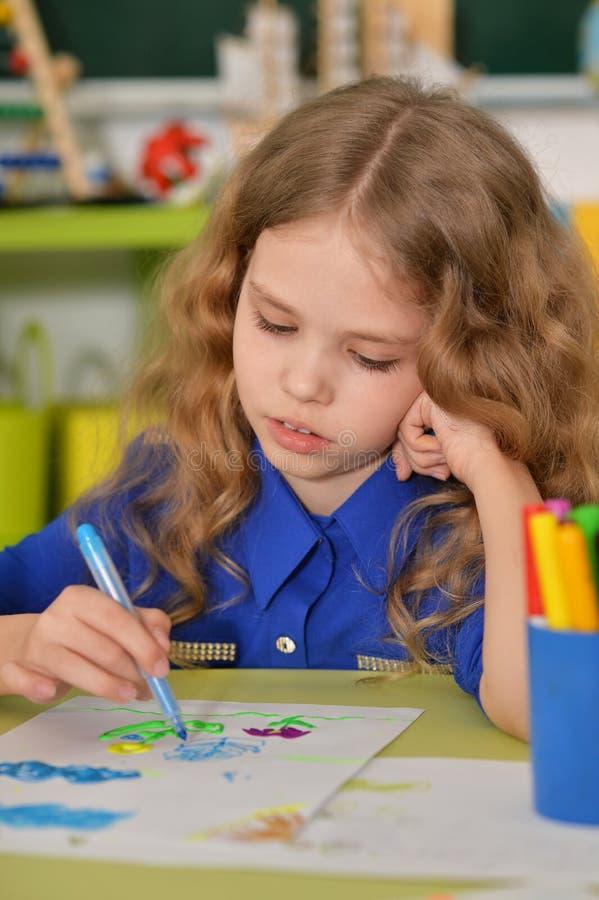 Ζωγραφική μικρών κοριτσιών με την αισθητή μάνδρα στοκ εικόνες