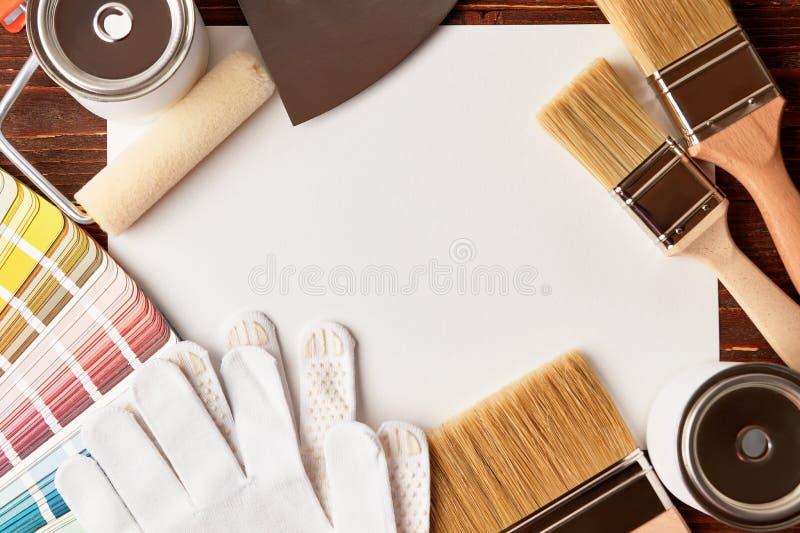 Ζωγραφική των εργαλείων στον ξύλινο πίνακα στοκ εικόνες με δικαίωμα ελεύθερης χρήσης